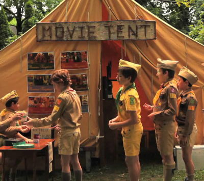 Treileru stāvvieta: Moonrise Kingdom varoņi skatās Moonrise Kingdom